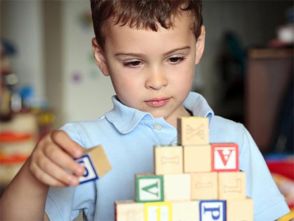 Почему аутизм больше распространен среди мальчиков?