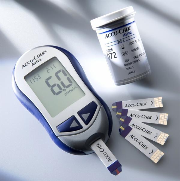 Глюкометр, показывающий уровень сахара в крови в ммоль/л