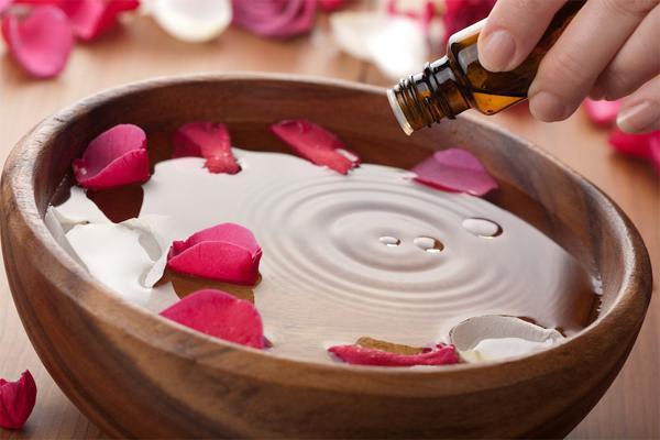 Как использовать розовое масло для ухода за кожей?