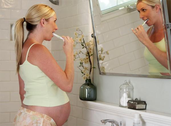 Чем вызвана отечность десен во время беременности?